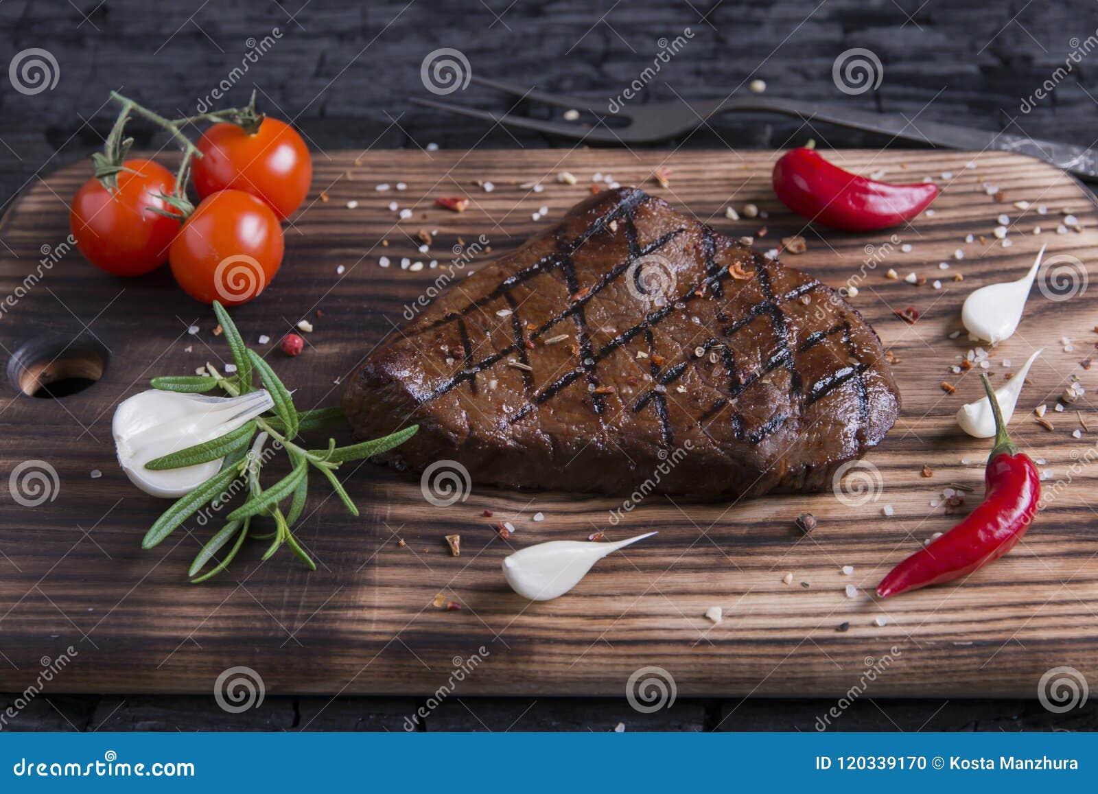 Nötkött grillad biff på kol