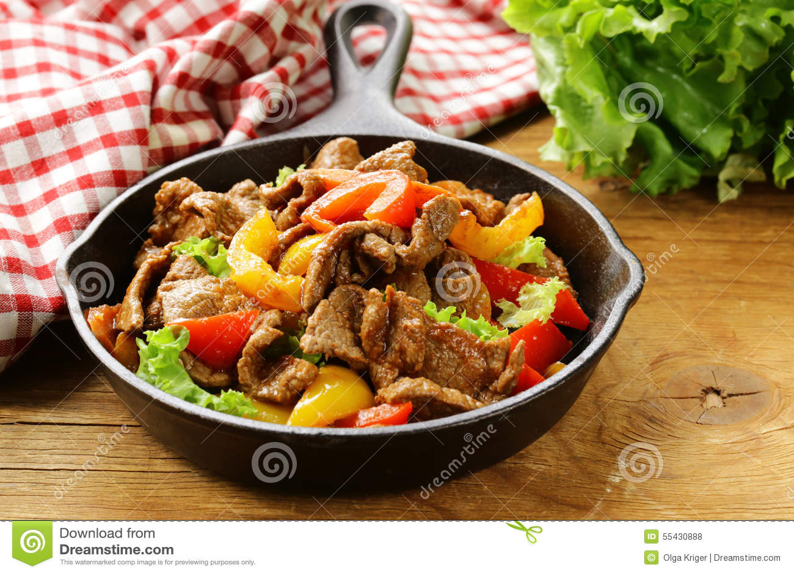 NötköttFajitas med färgrika spanska peppar i panna