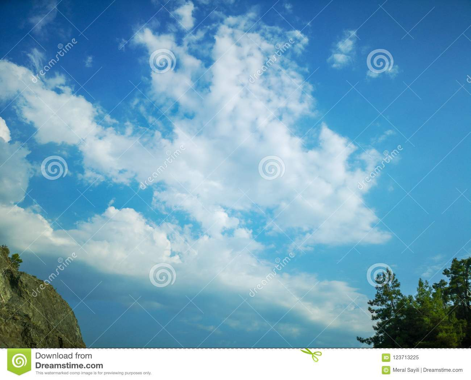 Núblese el cúmulo de la altitud del vuelo del aeroplano, el tiempo de la atmósfera