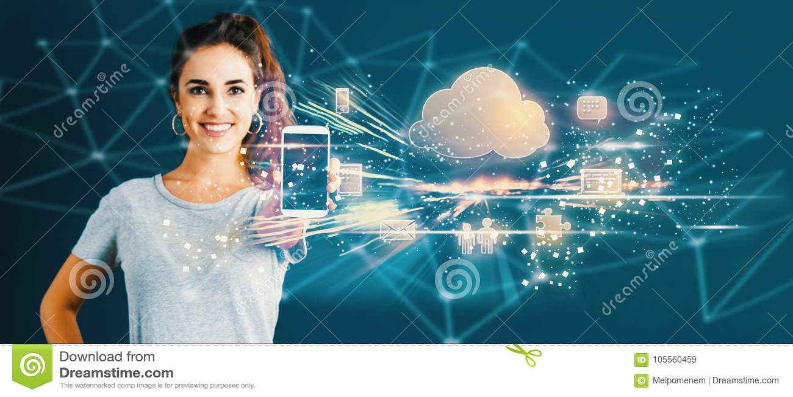 Núblese la computación con la mujer joven que sostiene hacia fuera un smartphone