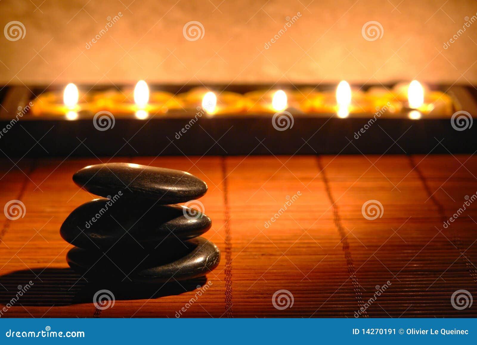 Núcleo de condensación de piedra pulido con las velas en un balneario