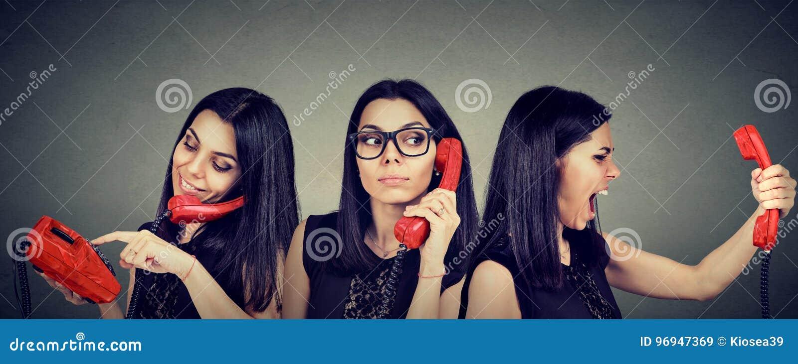 Número discado da mulher no telefone do vintage curiosamente que escuta e que fica irritado gritar no telefone