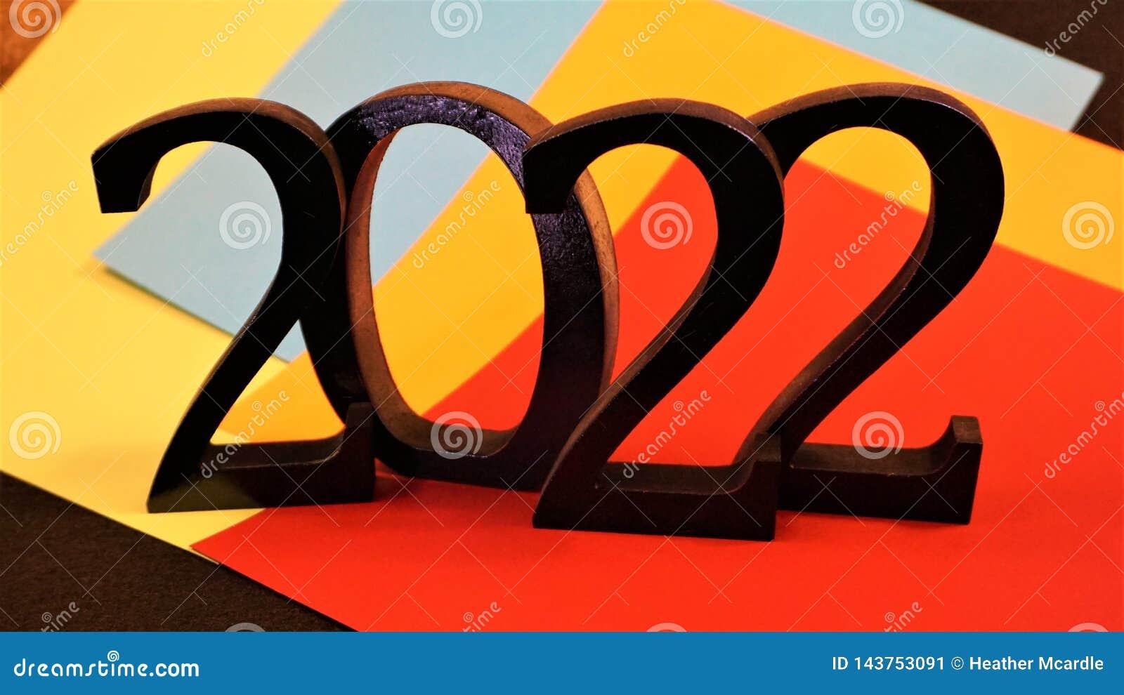 2022 números negros en el papel coloreado