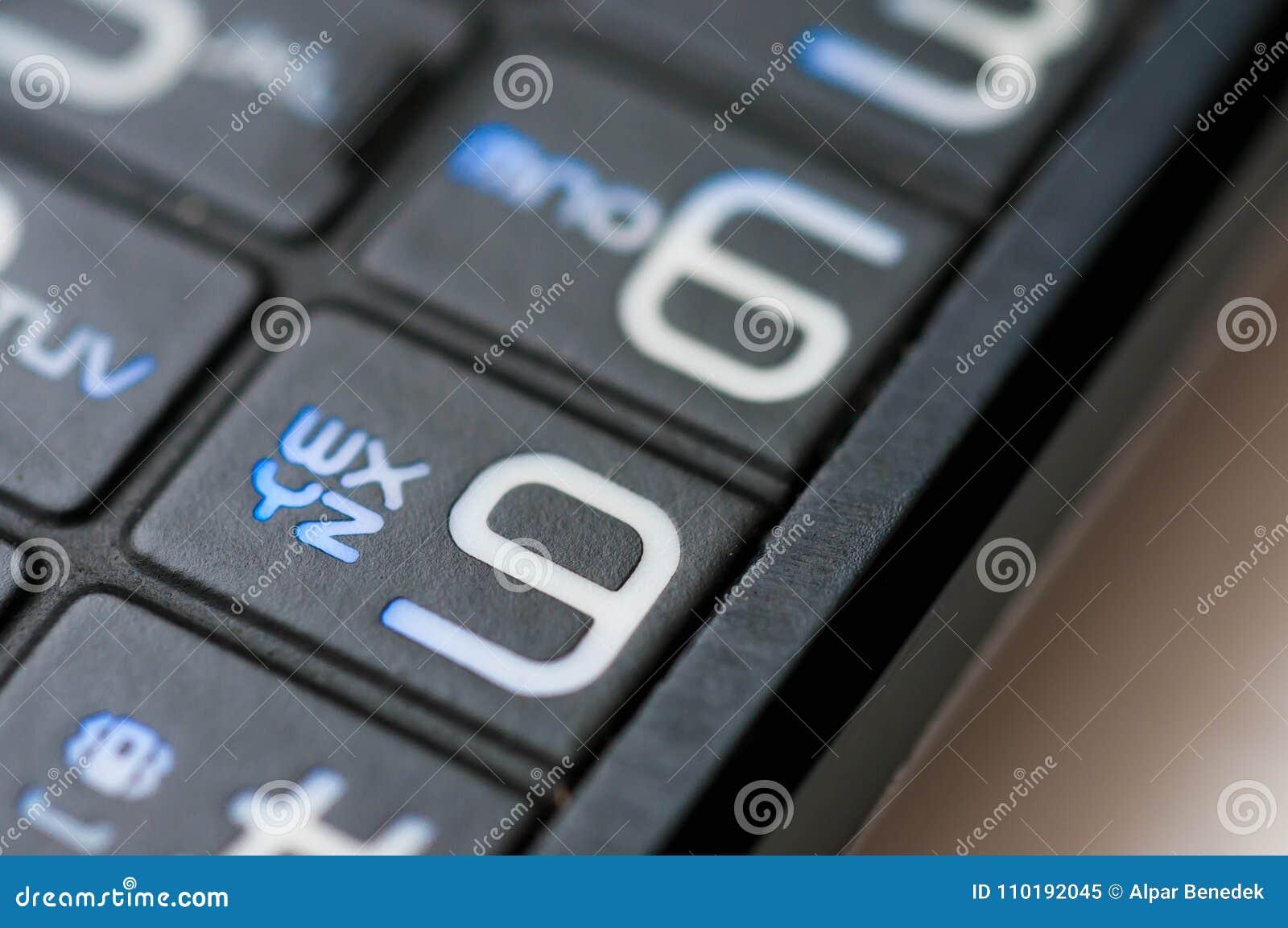 Números y letras en un teléfono móvil usado viejo