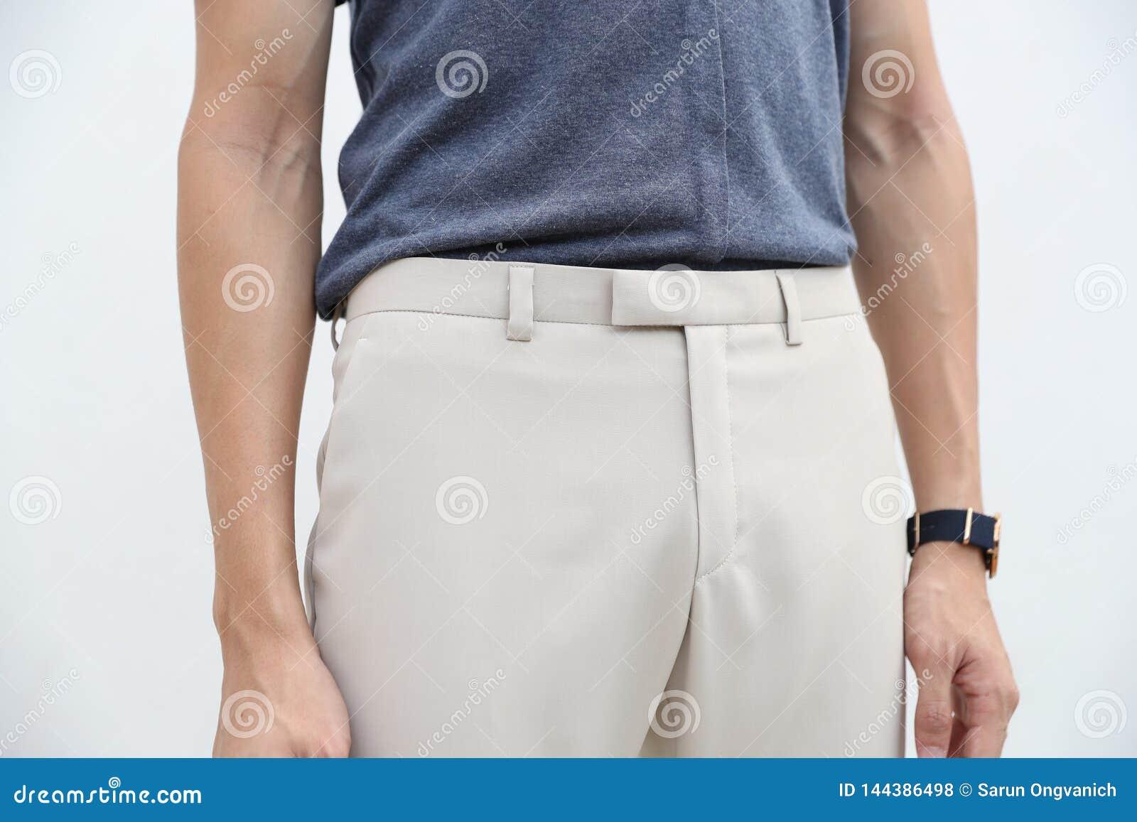N?rbild av en stilig man i bl? skjorta och vit l?ng byxa