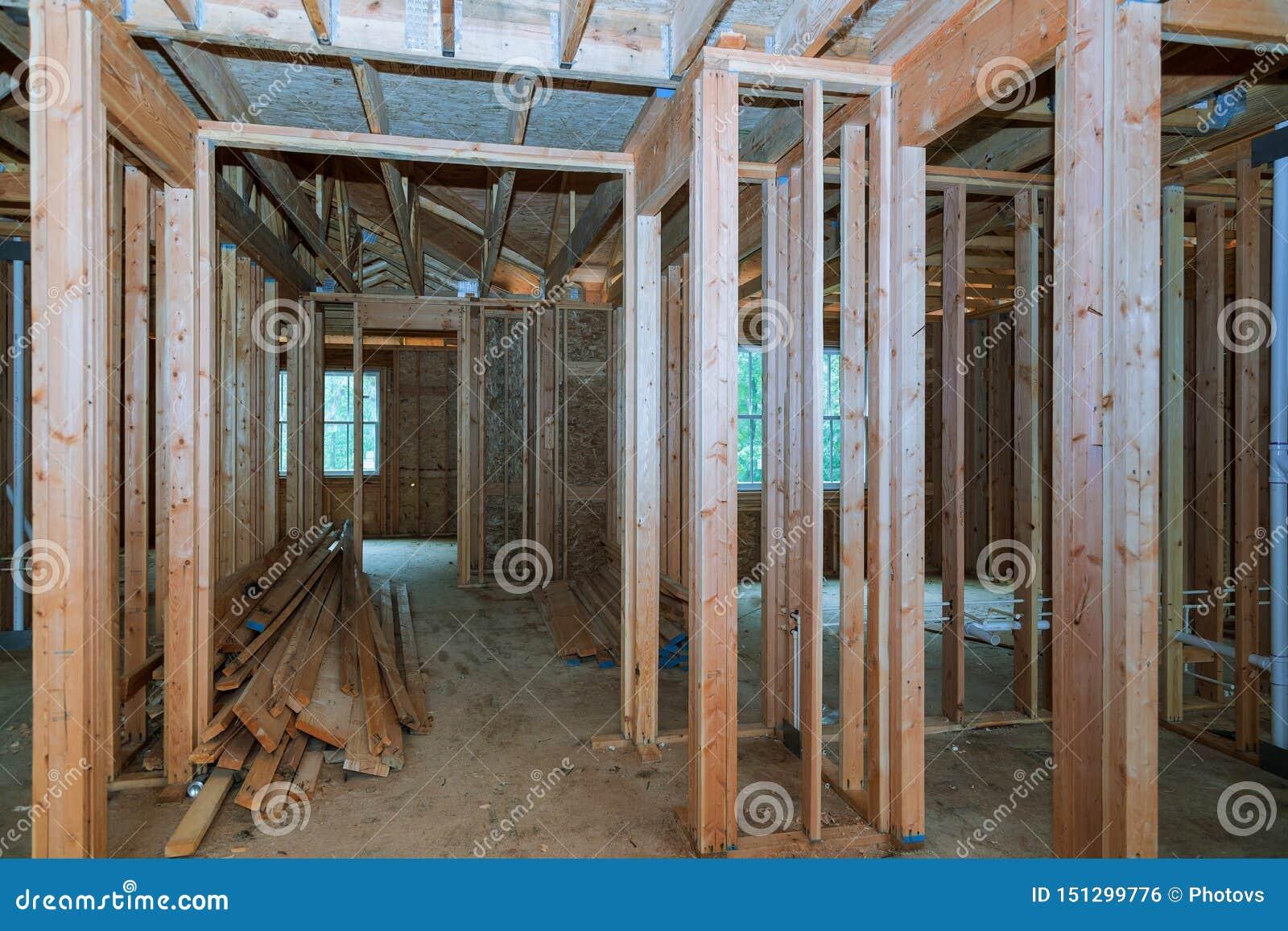 N?rbild av str?len som hem byggs under konstruktion och bl? himmel med den tr?br?ckband-, stolpe- och str?lramen D