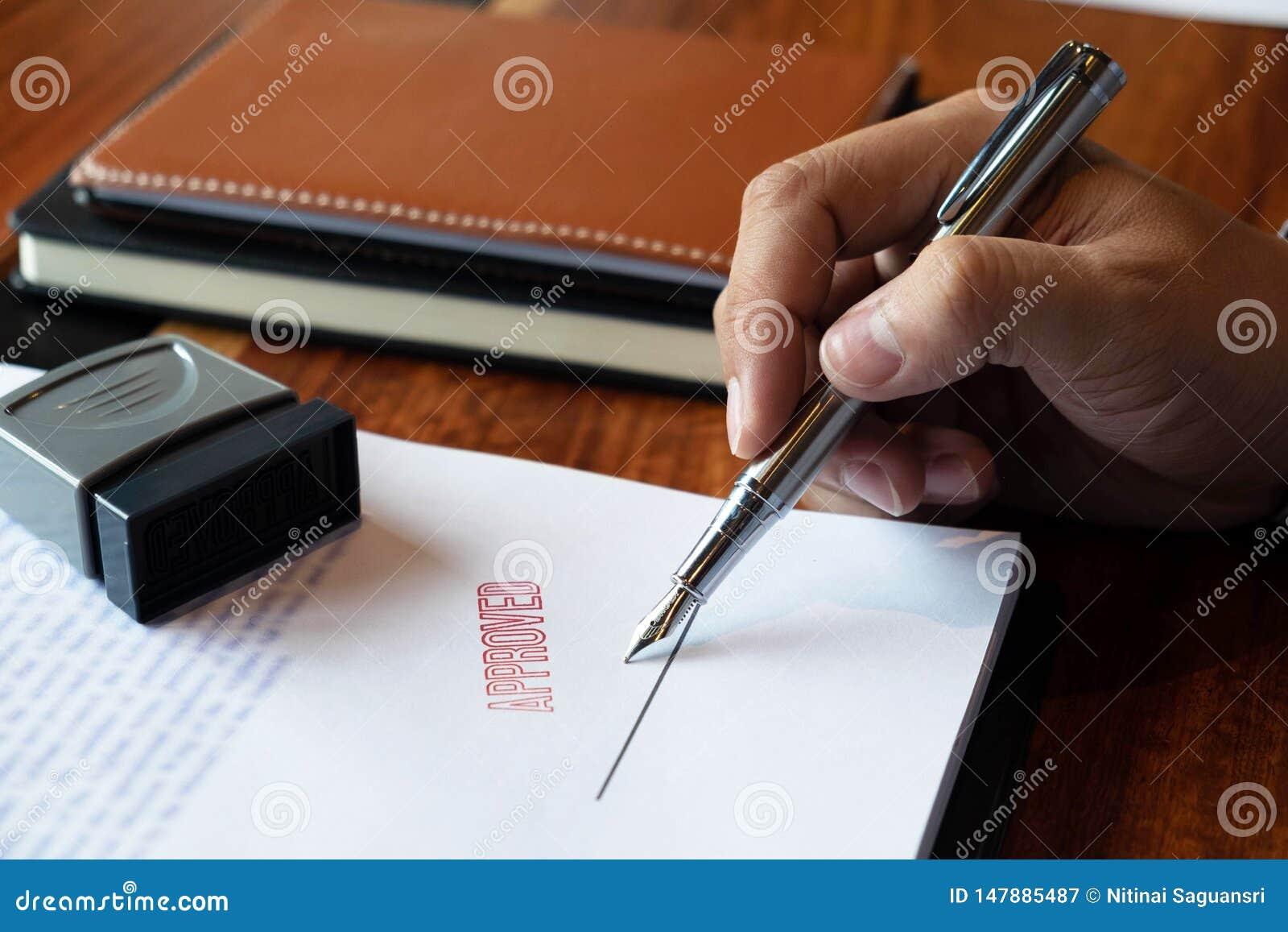 N?rbildbilder av h?nderna av aff?rsm?n som undertecknar och st?mplar i godk?nda avtalsformer