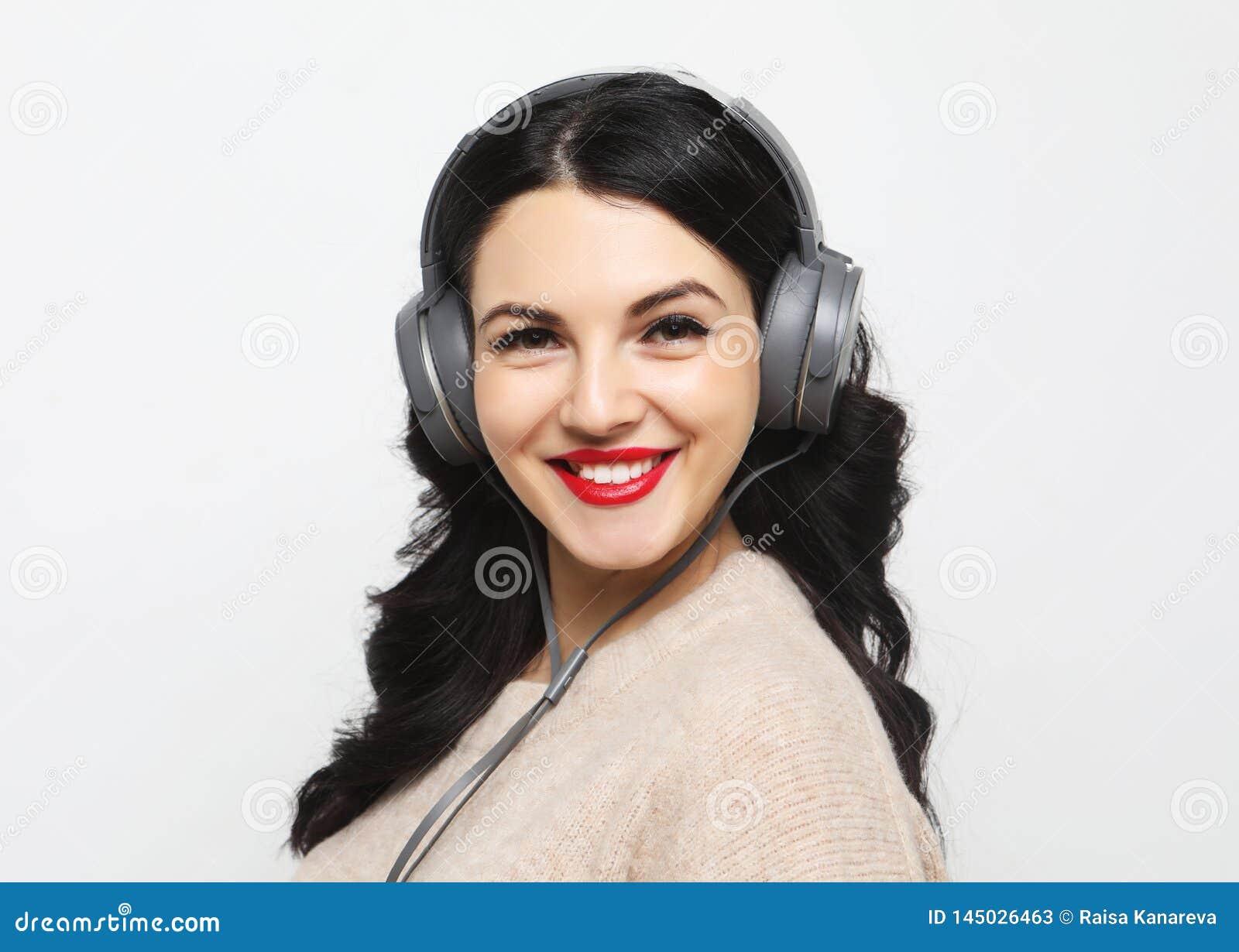 N?tt kvinna plus format som lyssnar till musik