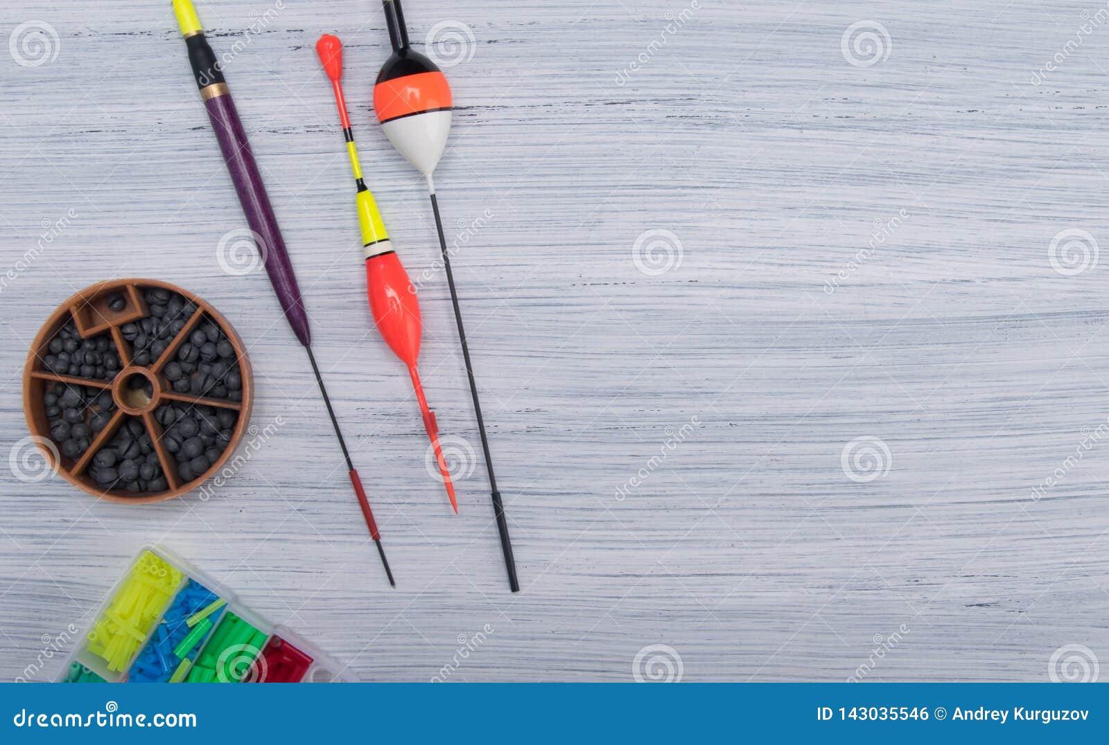 Na świetle - szary tło z miejscem dla inskrypcji na dobrze rozkładającej, pławik i sinkers, set rzeczy dla łowić,