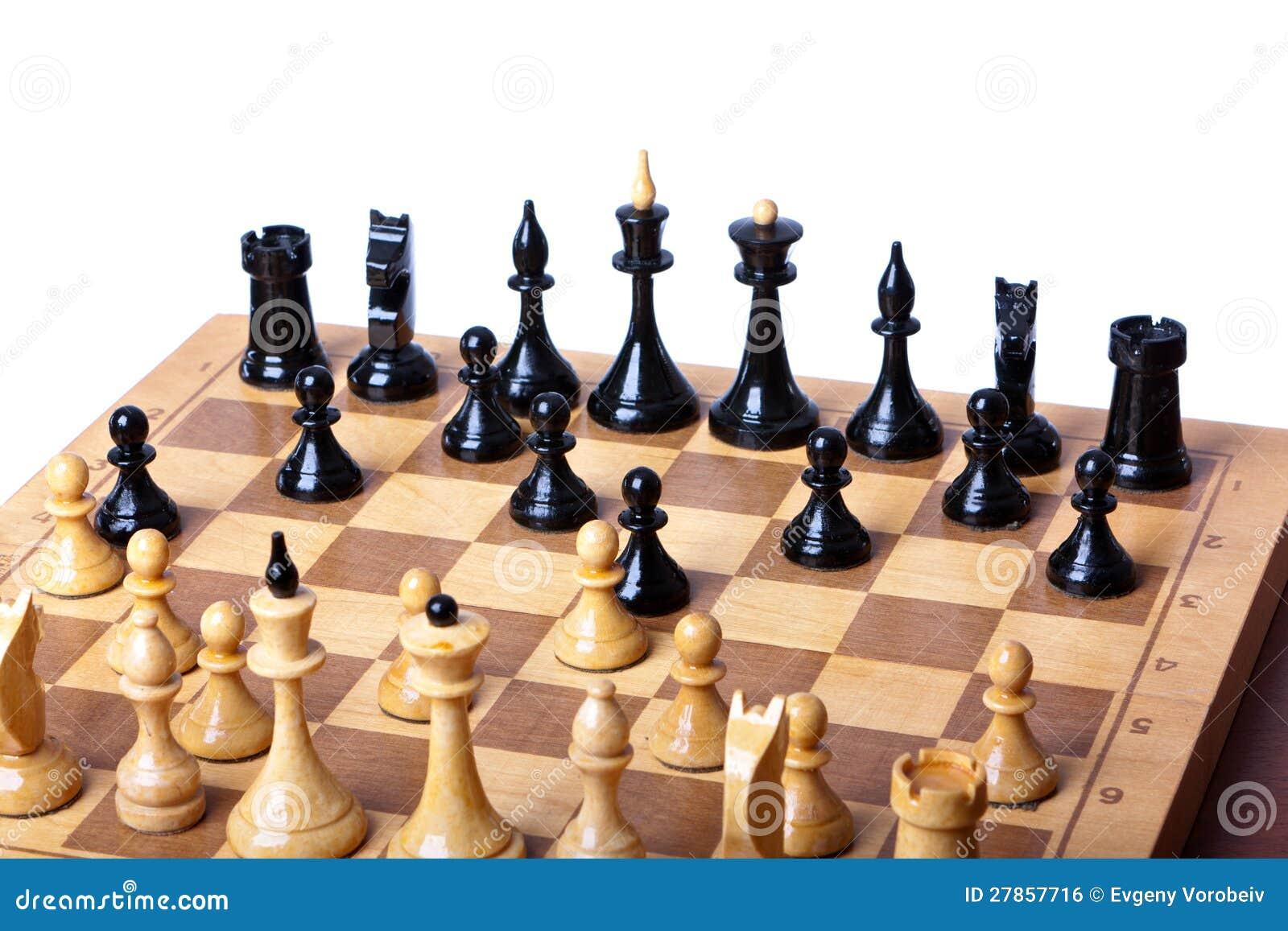 Na biały tle szachy deska