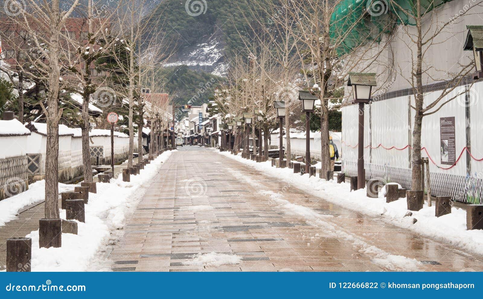 Na de sneeuw leven de Stadbewoners intern, makend de straten in stadstsuwano stil
