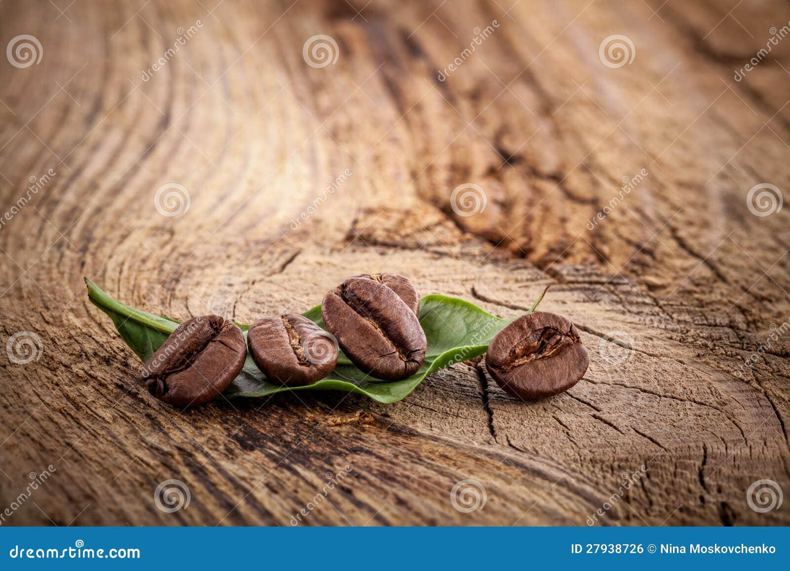 Na drewnianym tle kawowe adra