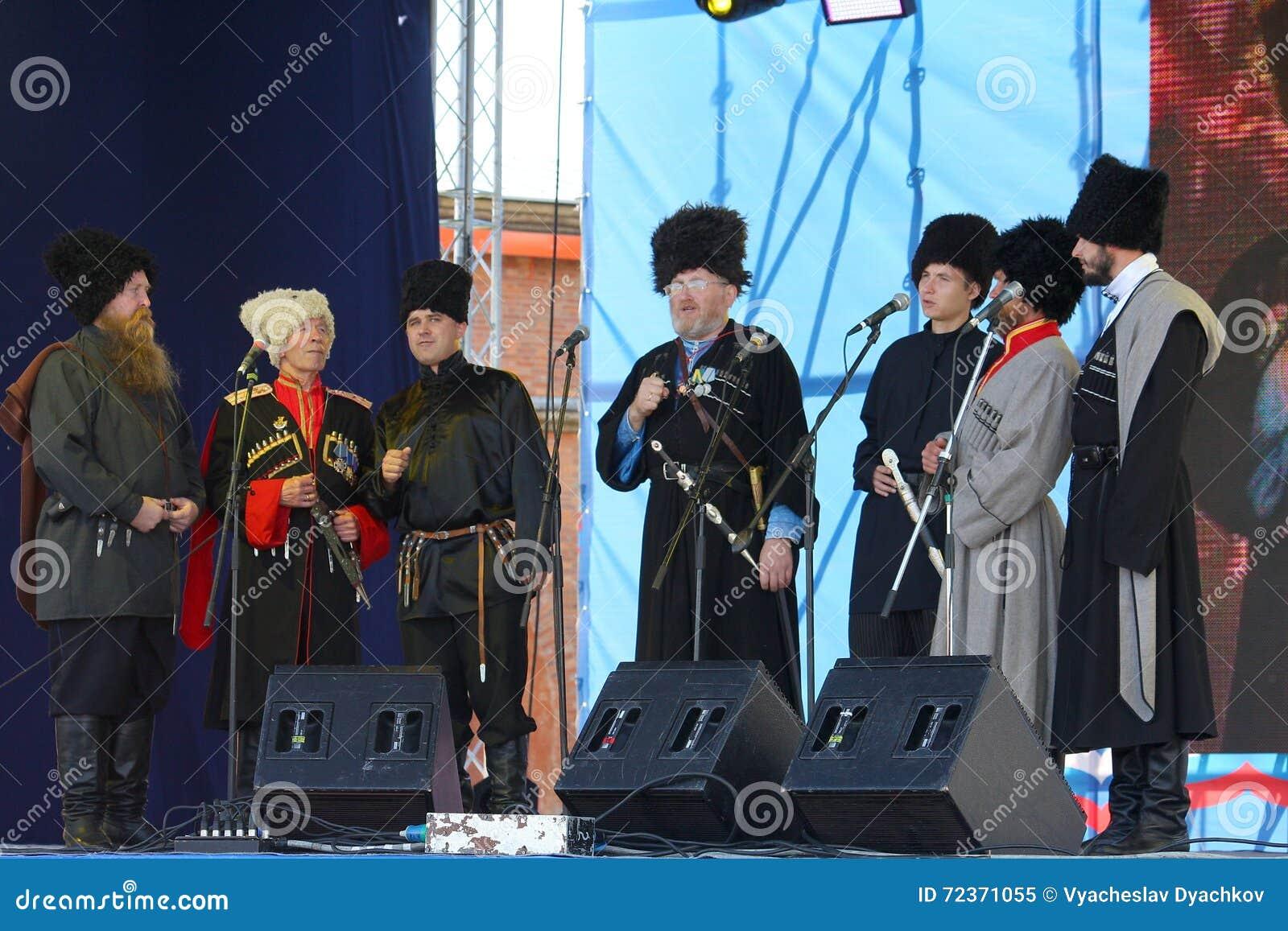 Na fase são os cantores, atores, membros do coro, do corpo de coro e de solistas do conjunto do cossaco