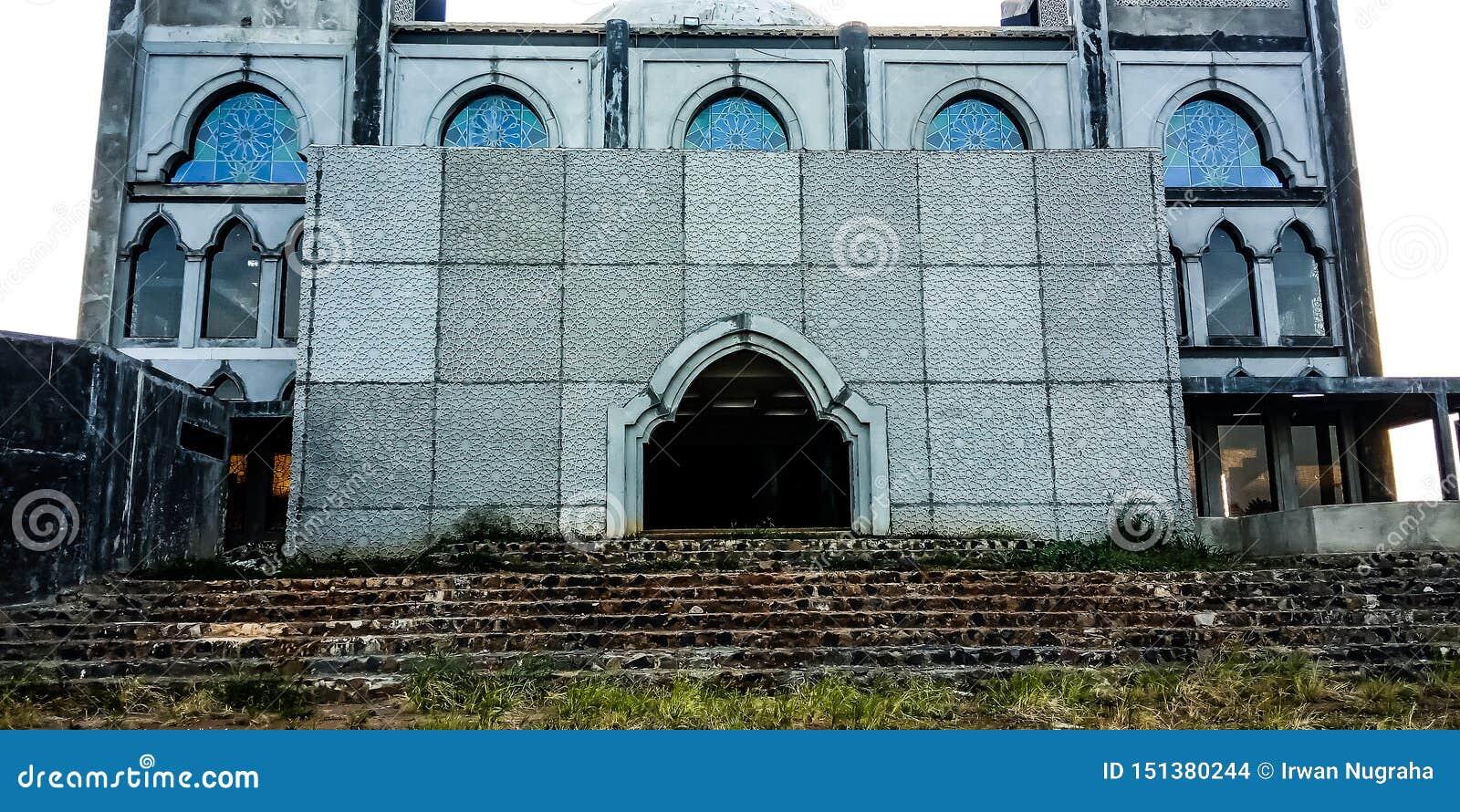 Na frente de uma mesquita inacabado
