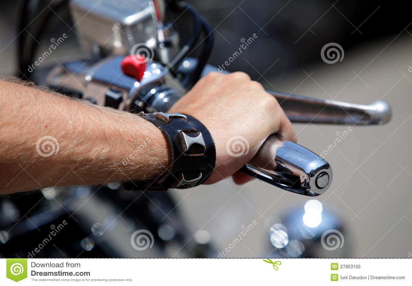 Na handlebars ręka jeździec