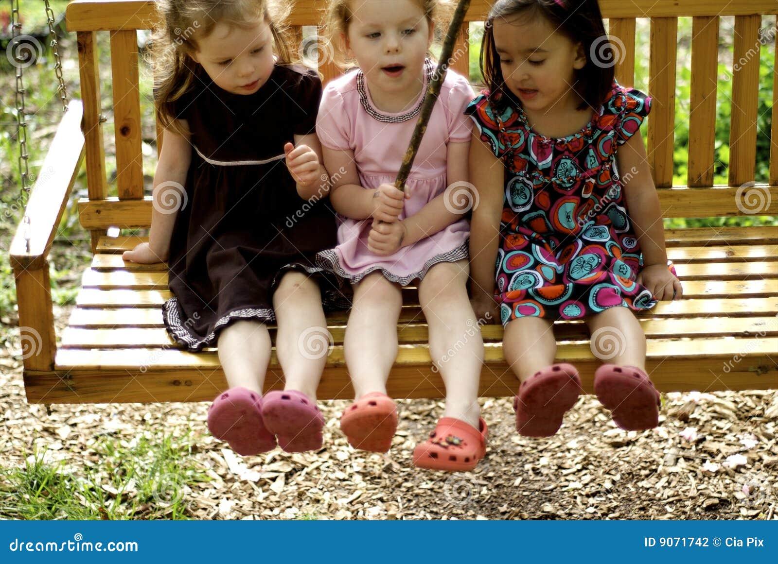 Na huśtawce trzy małej dziewczynki