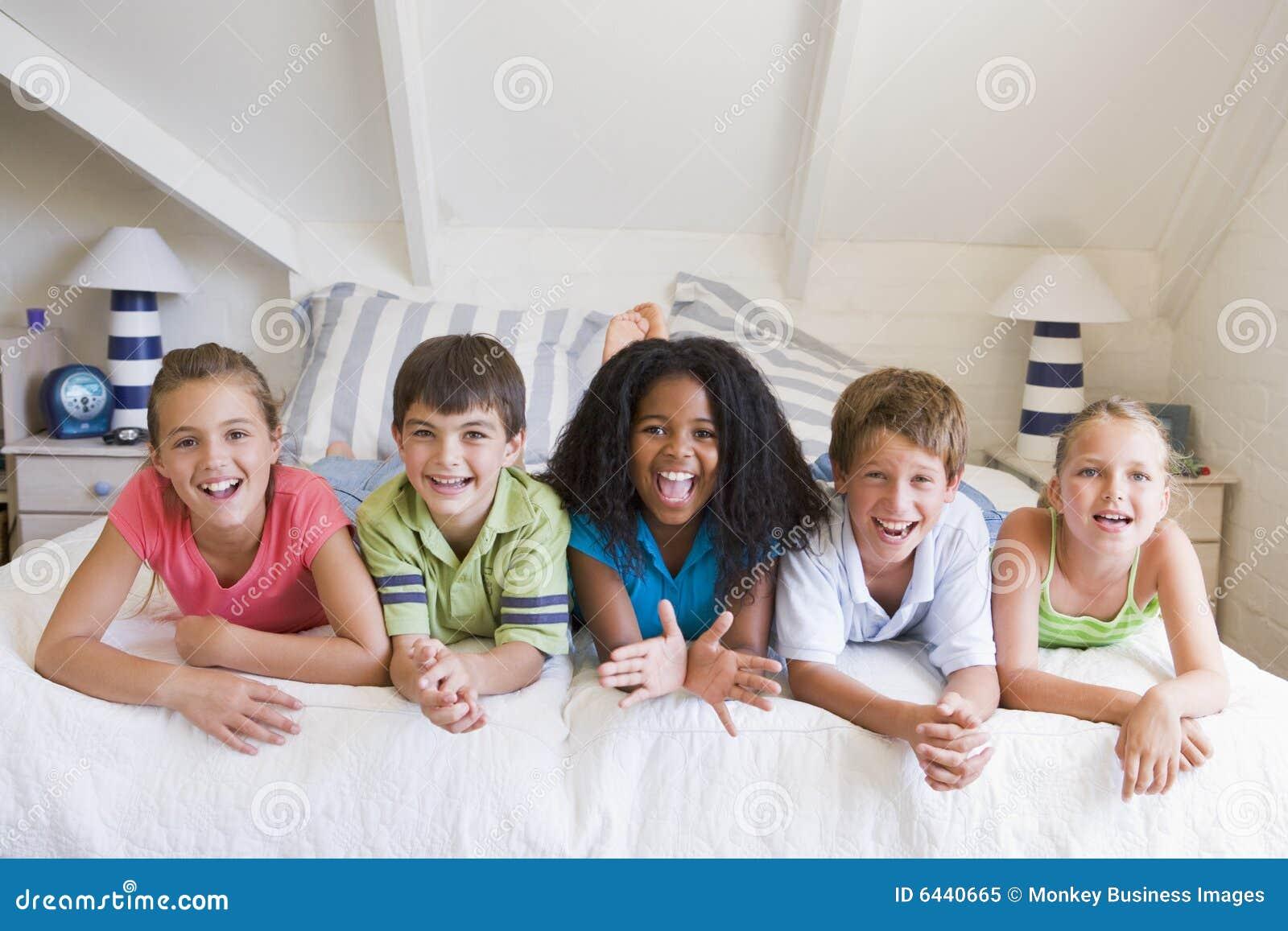 Na każdego z pięciu przyjaciół kłamie później inne młode