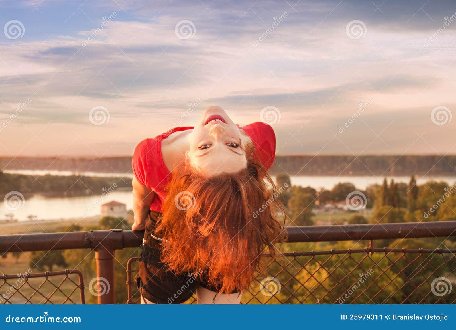 Na letnim dniu szczęśliwa dziewczyna