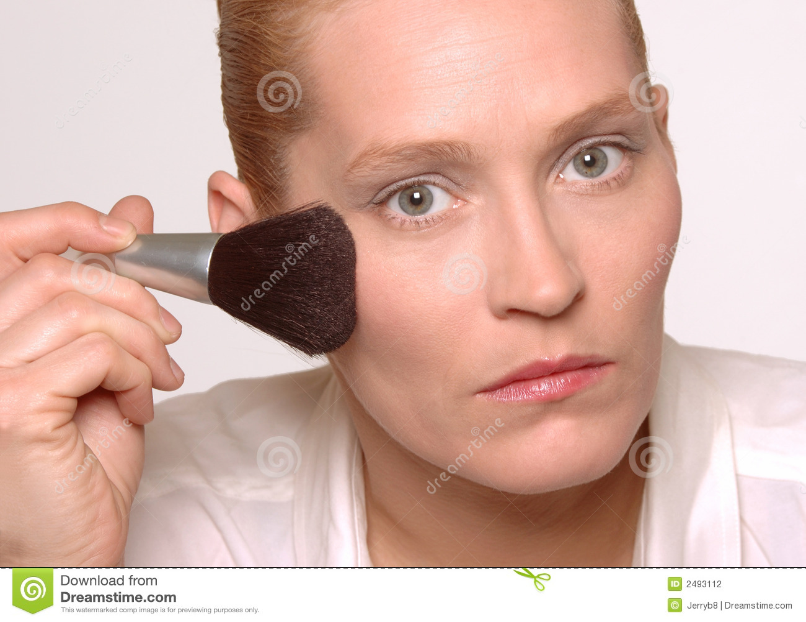 Na makijażu kobiety kładzenie