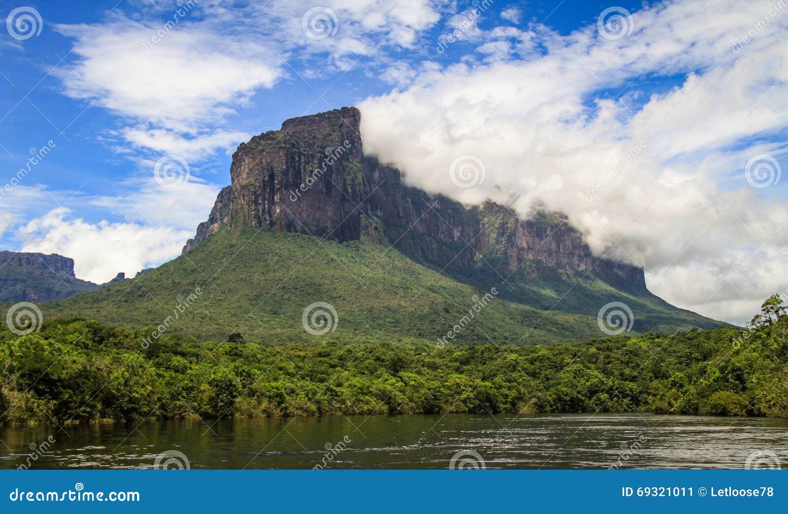 Na maneira à Cataratas do Anjo, parque do canaima, sabana do gran, venezuela