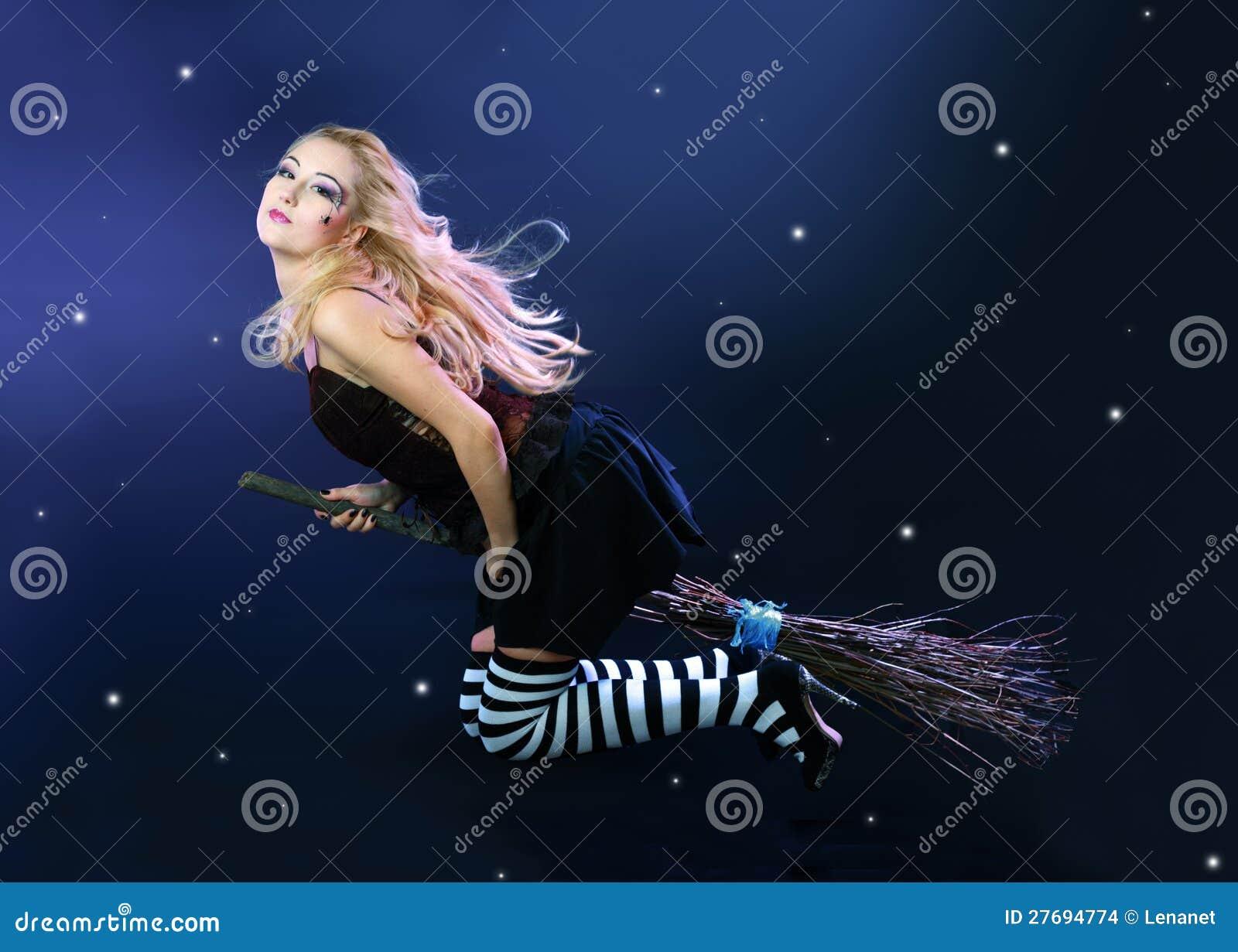 Na miotle czarownicy blond latanie