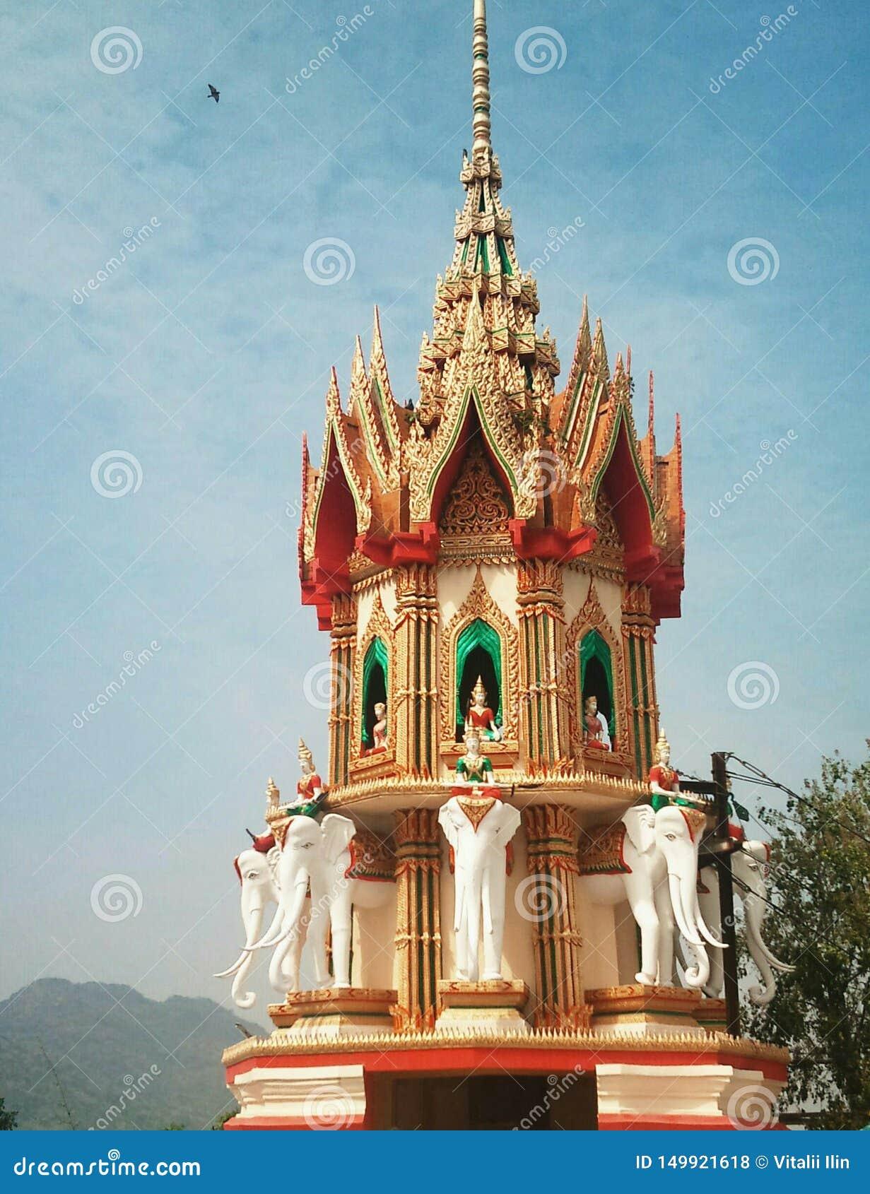 Na montanha alta est? o templo budista da caverna Tail?ndia do tigre