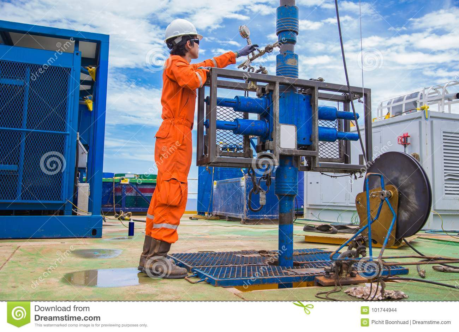 Na morzu ropa i gaz przemysł, wieża wiertnicza pracownik sprawdza i settin