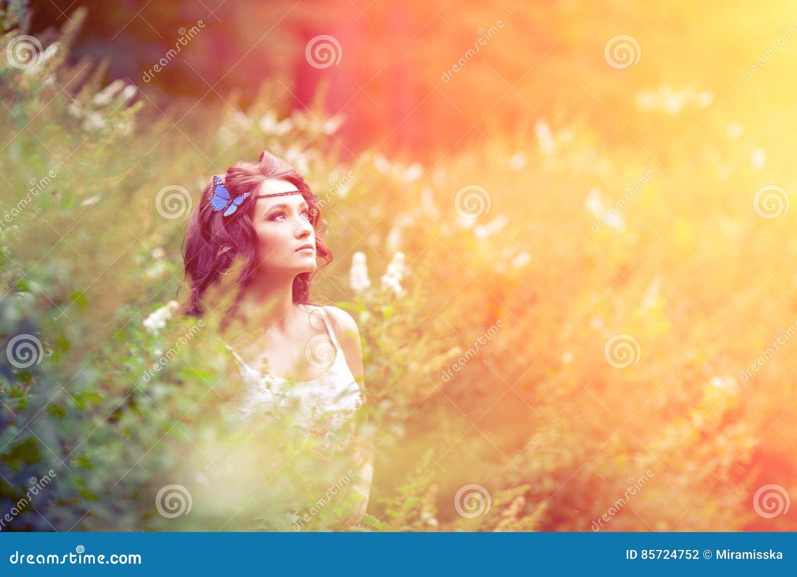 Na naturze piękna dziewczyna piękne dziewczyny na zewnątrz young Cieszy się H