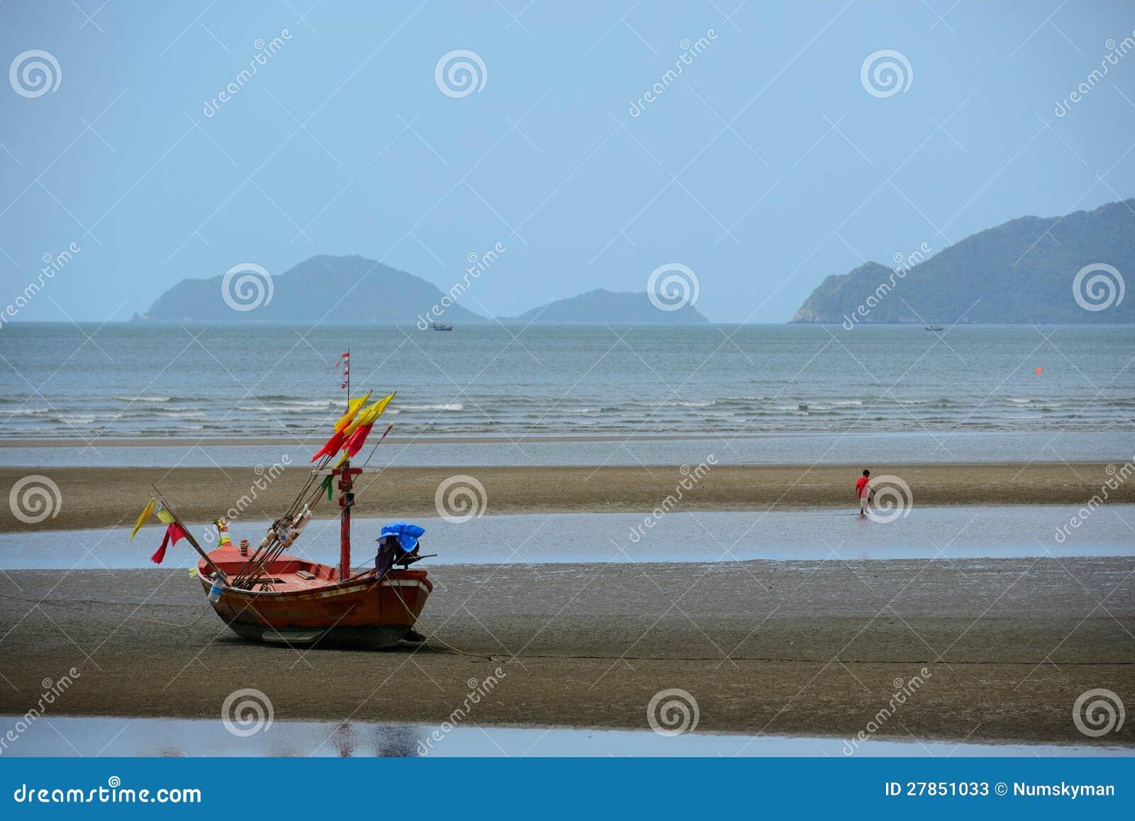 Na plaży drewniana łódź rybacka
