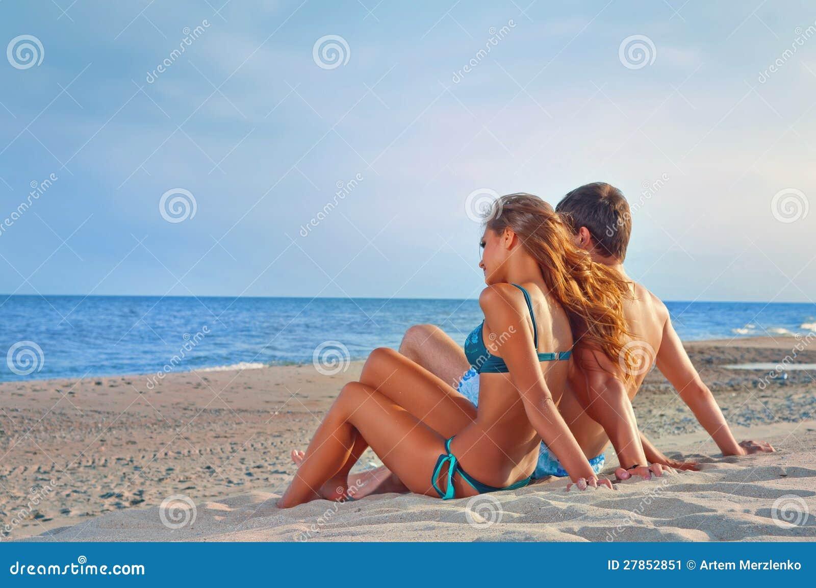 Na plaży pary szczęśliwy obsiadanie