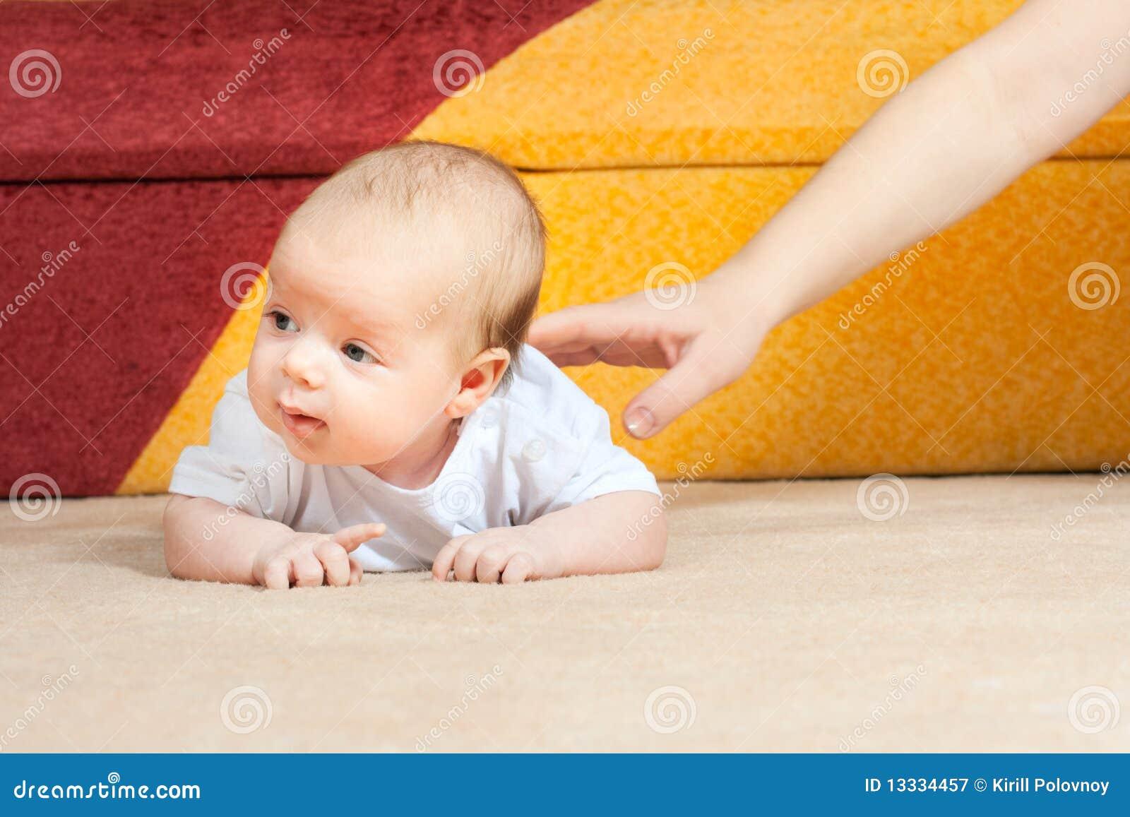 Na podłoga mały dziecko