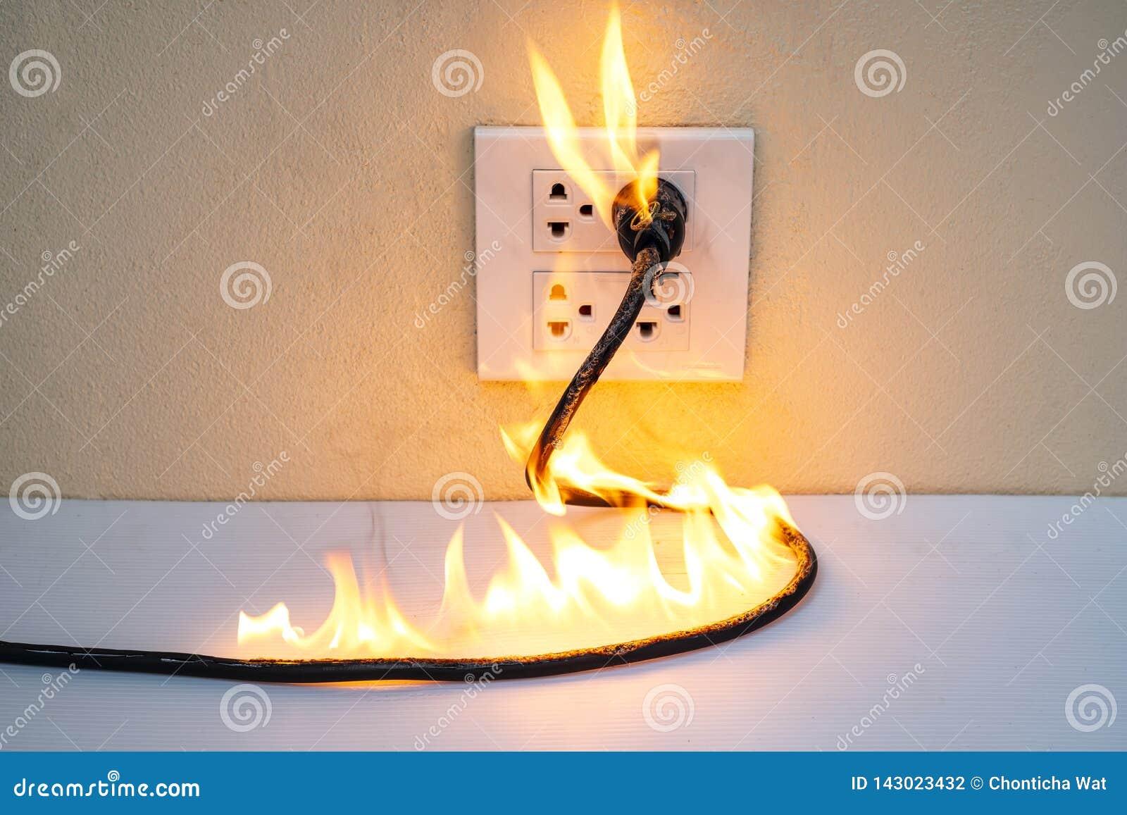 Na separação elétrica da parede do receptáculo da tomada do fio do fogo