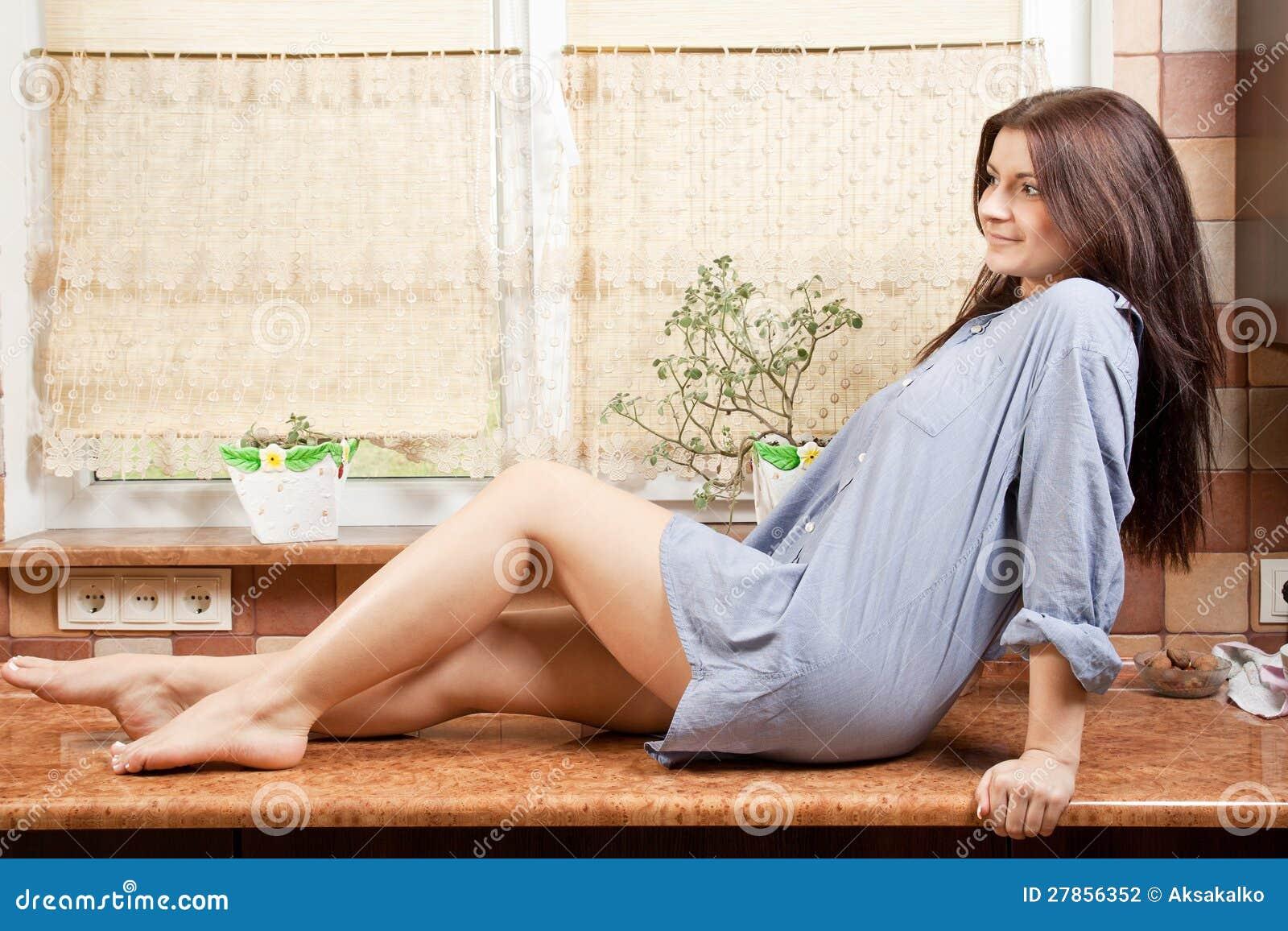 Na stole młodej dziewczyny piękny obsiadanie