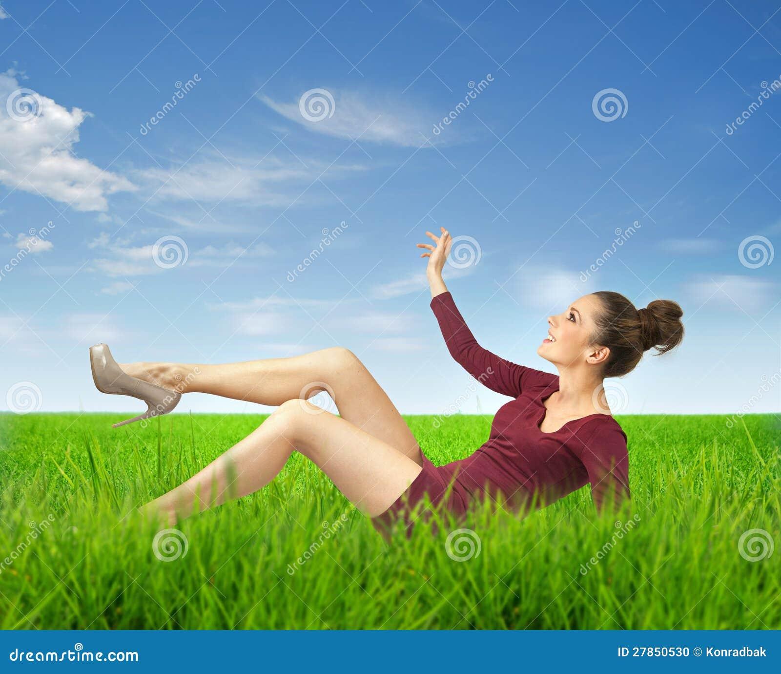 Na trawie damy atrakcyjny lying on the beach