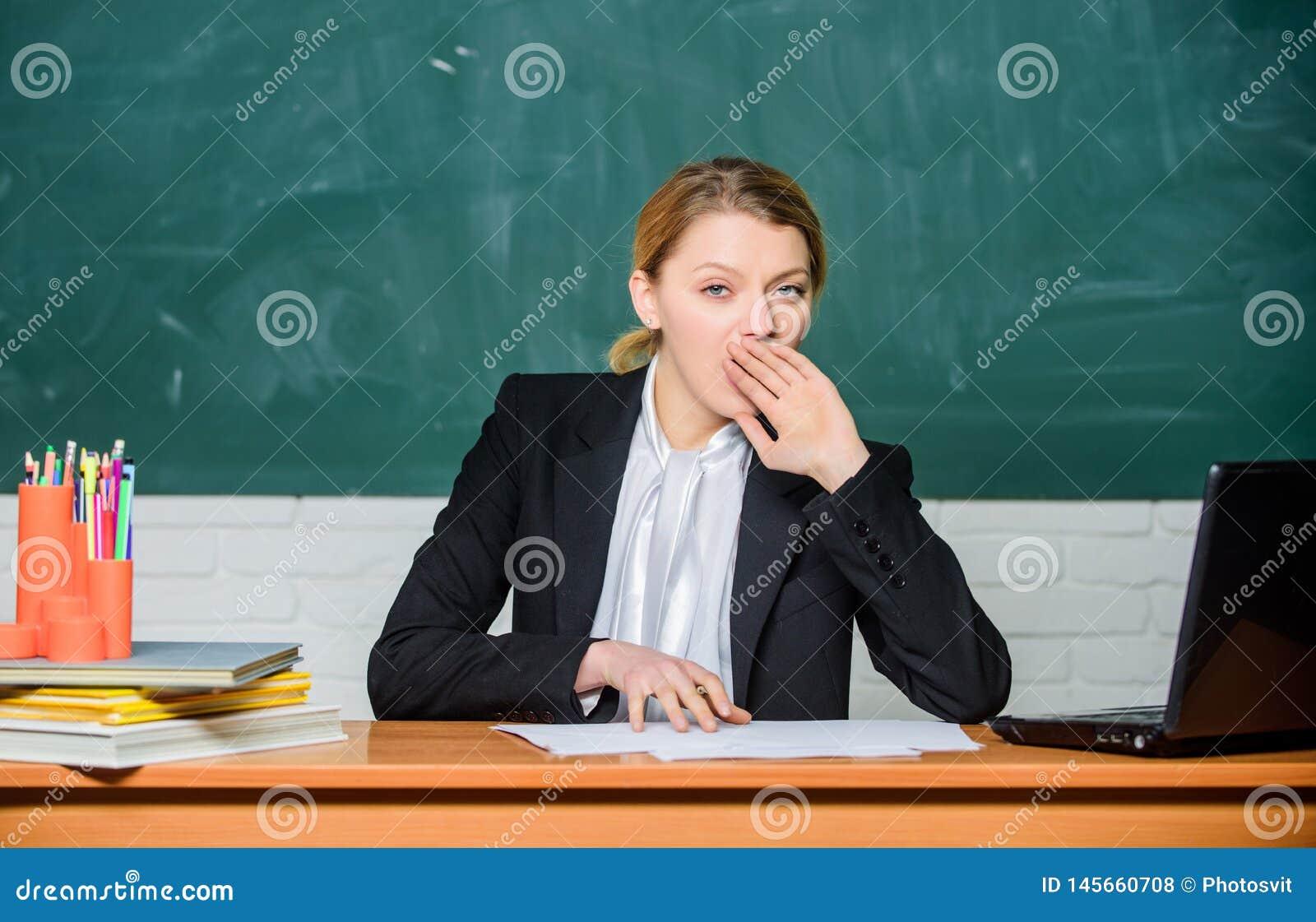Na wysokim szczeblu zm?czenie Potrzeba dla sen Znojna praca w szk?? przyczyn zm?czeniu Nauczyciel kobiety ?pi?ca twarz m?cz?ca si