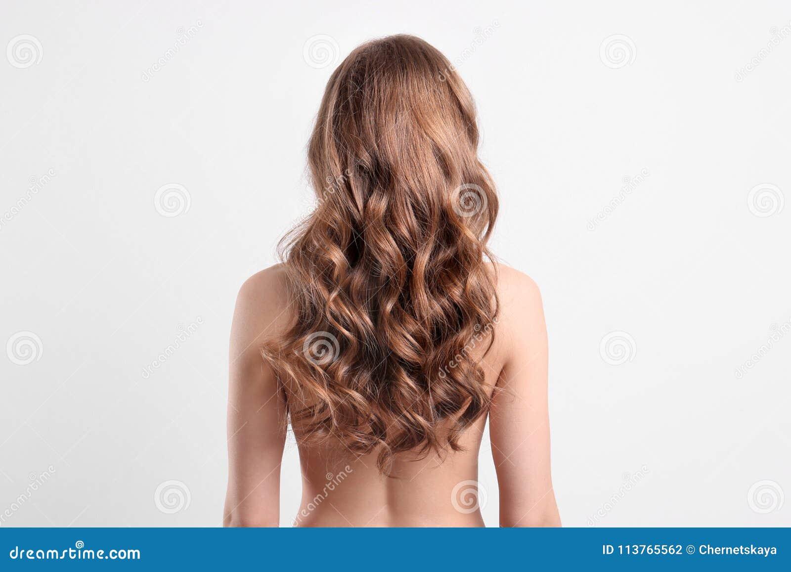 Naakte jonge vrouw met lang mooi haar