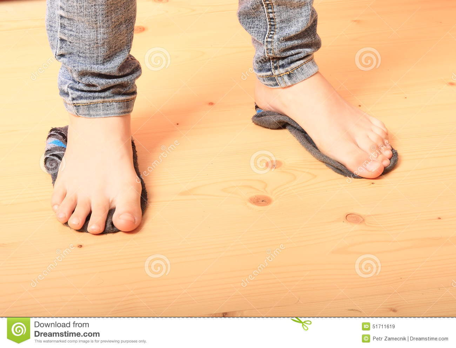 Naakte voeten op sokken