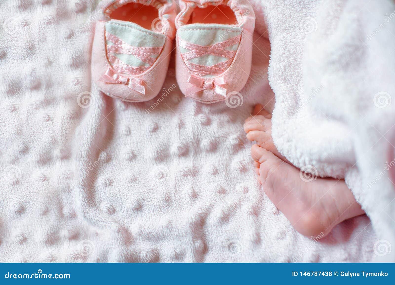 Naakte voeten van een leuke pasgeboren baby in warme witte deken Kinderjaren E slaap
