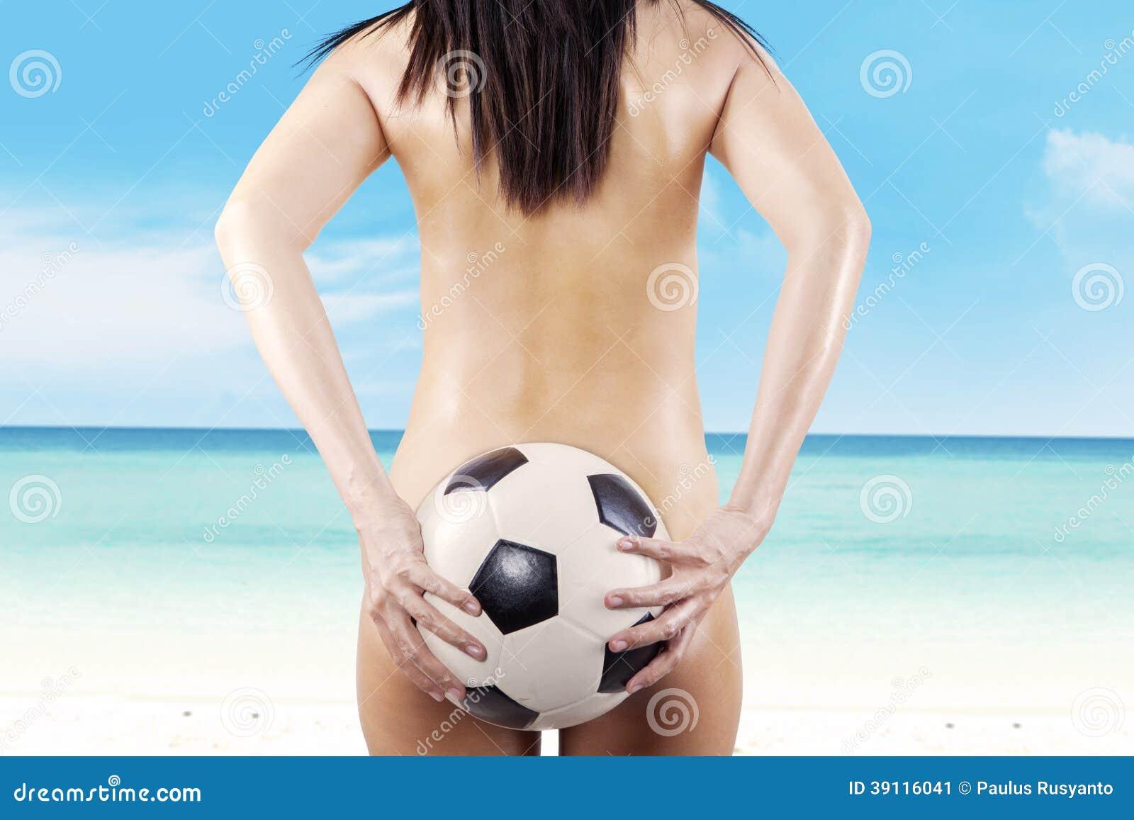 Naakte vrouw met een Voetbalbal bij strand