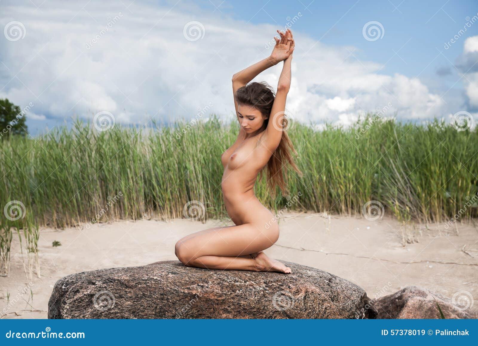 Naakte vrouw op aardachtergrond