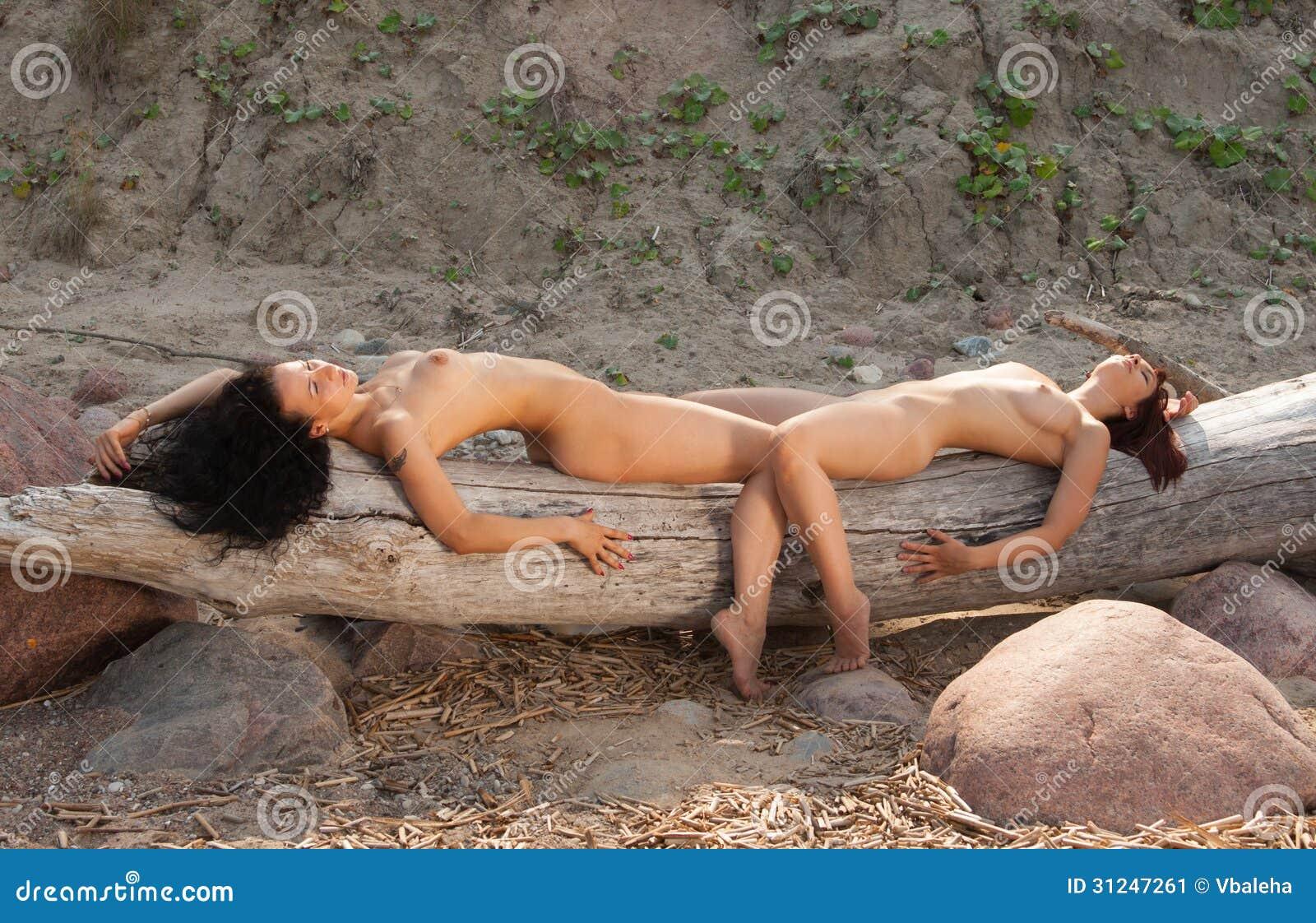 Stock Afbeelding Naakte Vrouwen Die Op Het Strand Zonnebaden