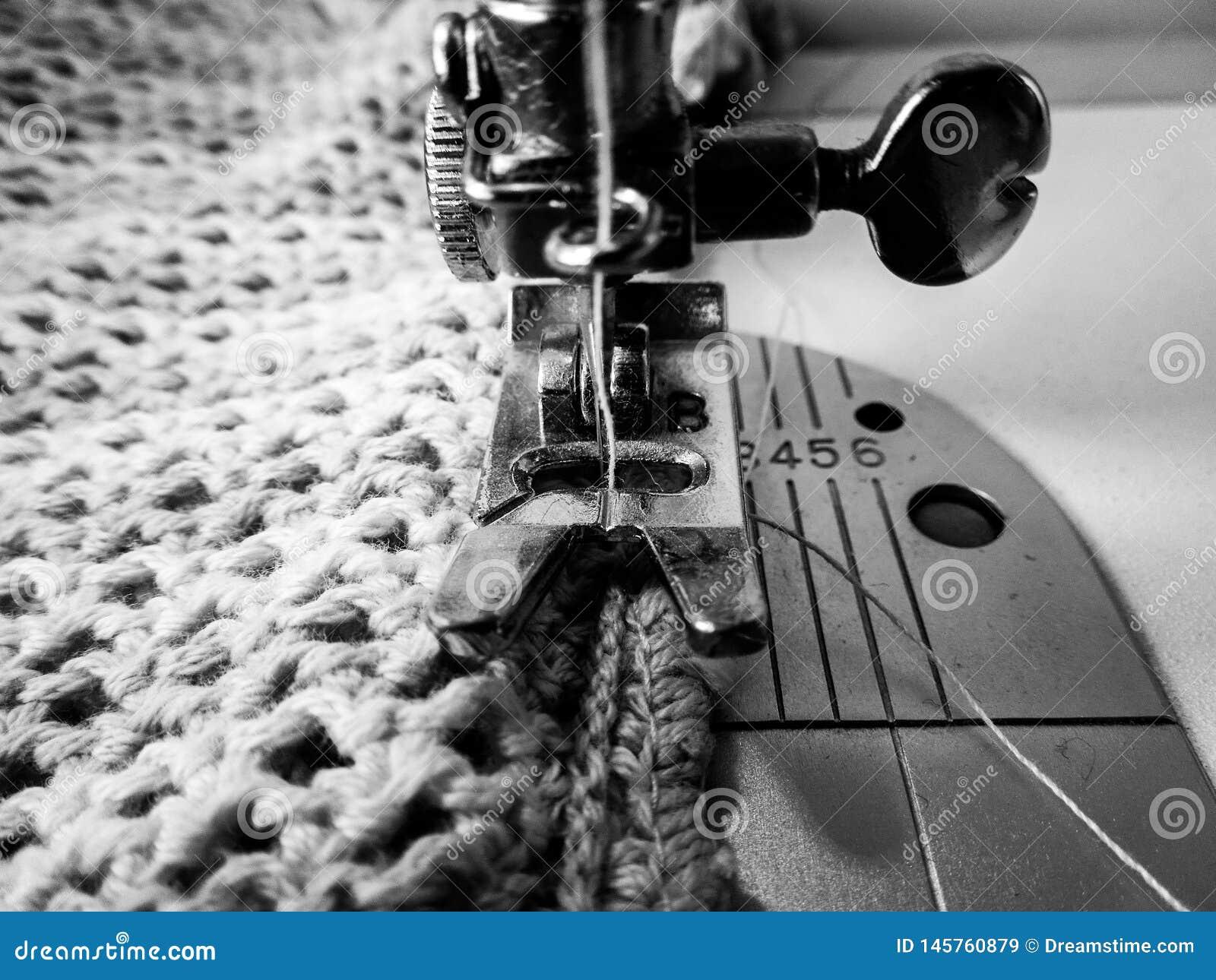 Naald van een naaimachine die een gehaakte stof naaien