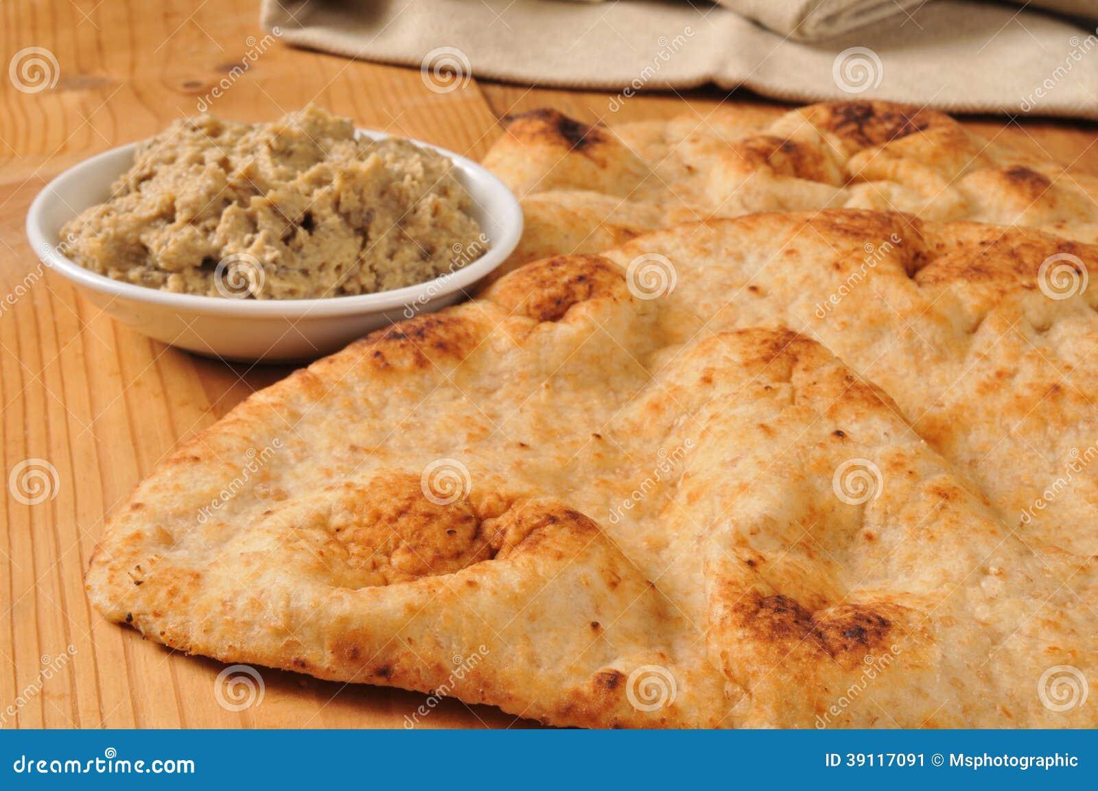 Naanbrood met zwarte olijfhummus