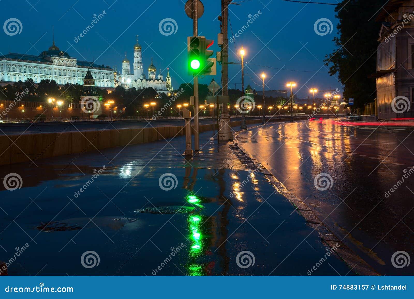 Naberezhnaya de Sofiiskaya e vistas do Kremlin de Moscou