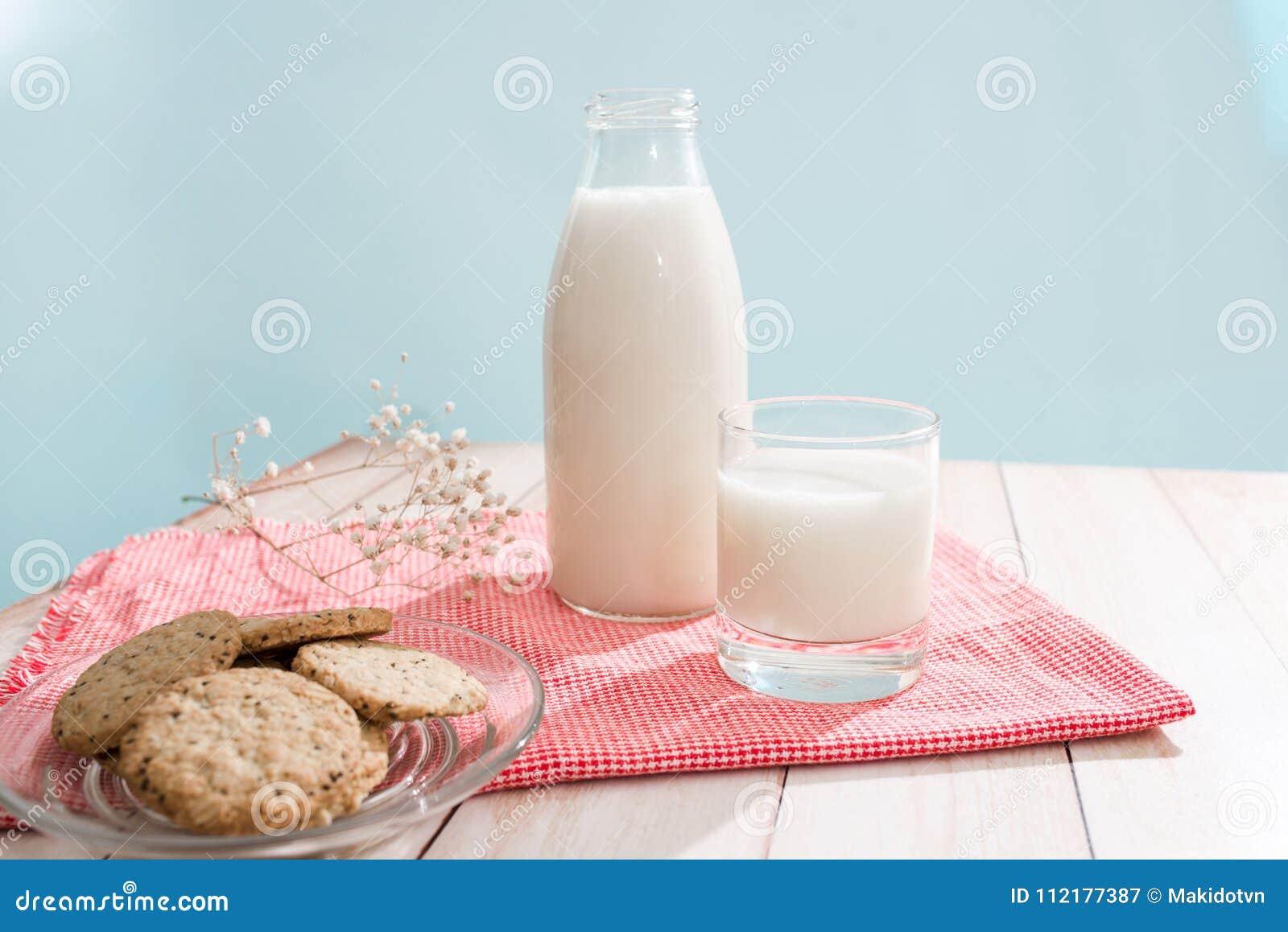 Nabiału odosobnienia produkty biały Ciasta organicznie śniadanie z mlekiem i ciastkami