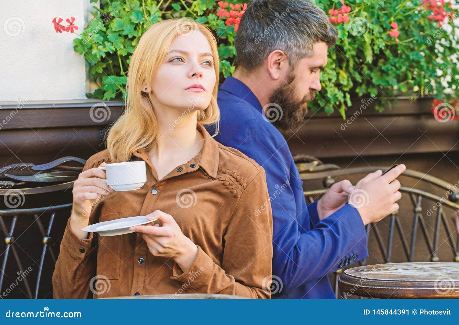 Nabranie i zdrada bicykli/l?w dzieci rodzinny ojca weekend Zam??na urocza para relaksuje wp?lnie Pary kawiarni tarasu napoju kawa