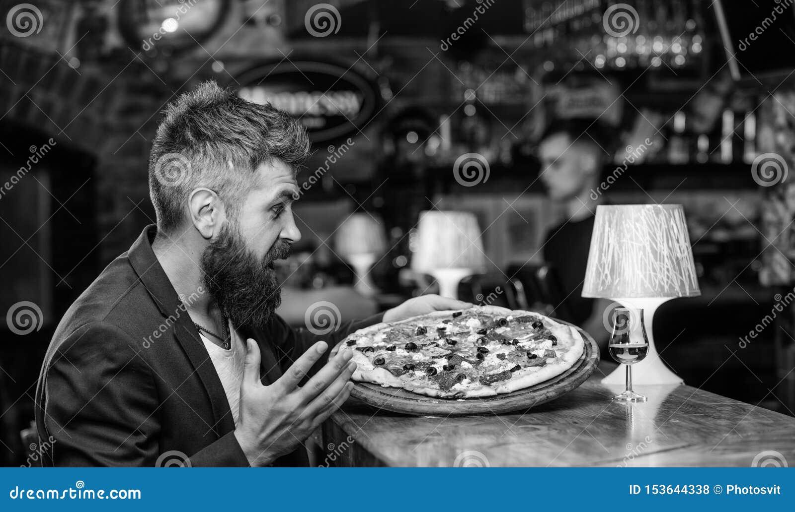 Nabranie posi?ku poj?cie Modni? g?odny je w?osk? pizz? Pizzy ulubiony restauracyjny jedzenie ?wie?a gor?ca pizza dla go?cia resta