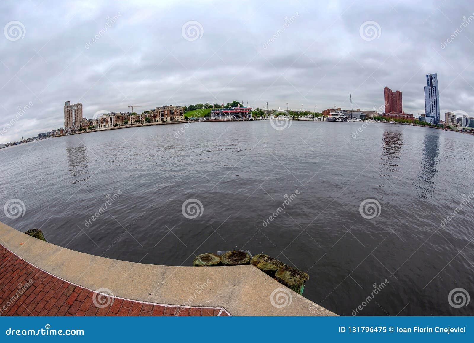 Nabrzeże deptak przy Wewnętrznym schronieniem z wielkim kąta widokiem Potapsco rzeka