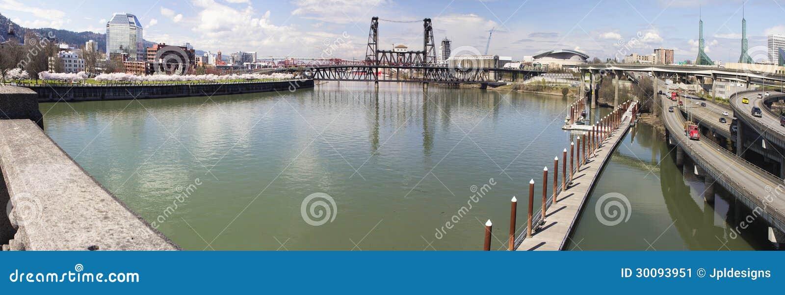 Willamette Rzeczny widok od Burnside mosta