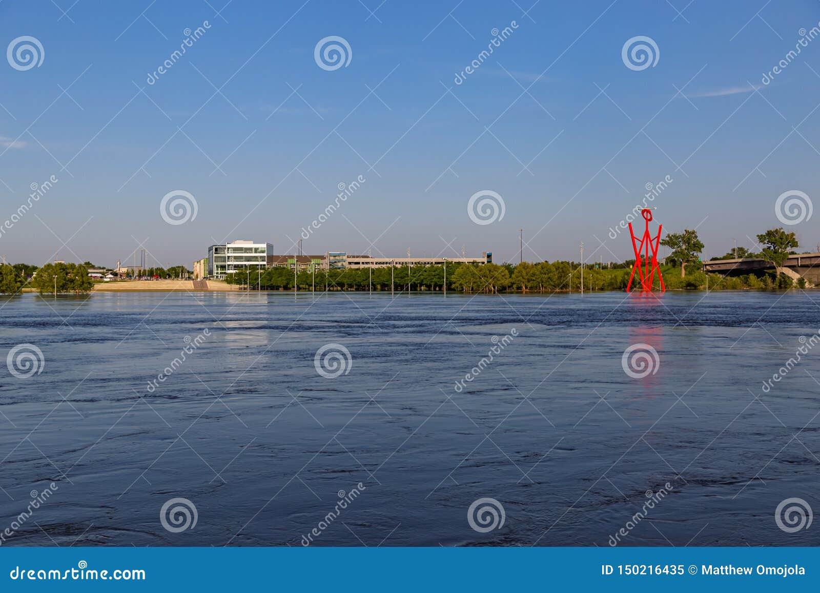 Nabrzmiała Missouri rzeka przy Omaha Nebraska nadbrzeże rzeki zalewa Tom Hanafan rzeki krawędzi parka w radzie Bluffuje Iowa